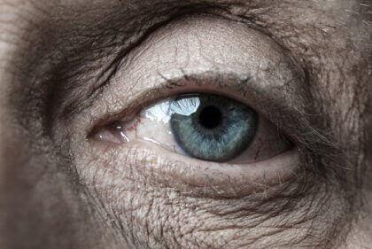 Occhio azzurro di una persona anziana