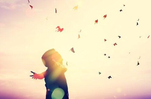 Persona con braccia aperte verso il cielo