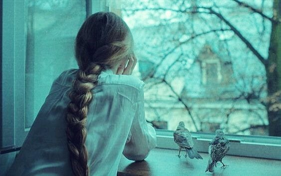 Ragazza che guarda dalla finestra