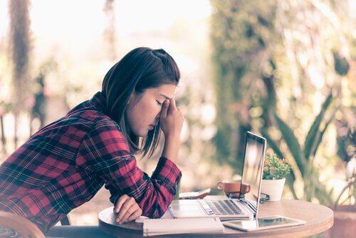 Ragazza depressa davanti al computer