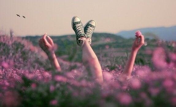 Ragazza in un campo di violette