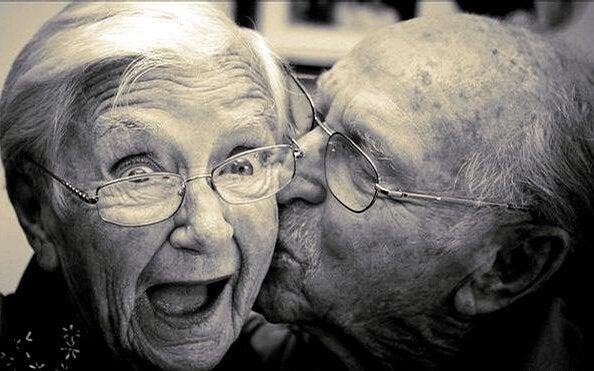 Simpatica coppia di anziani che si baciano
