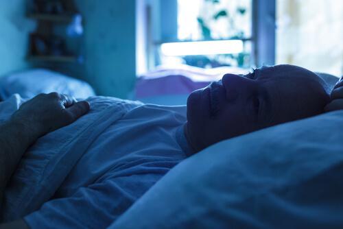 Uomo a letto con andropausa