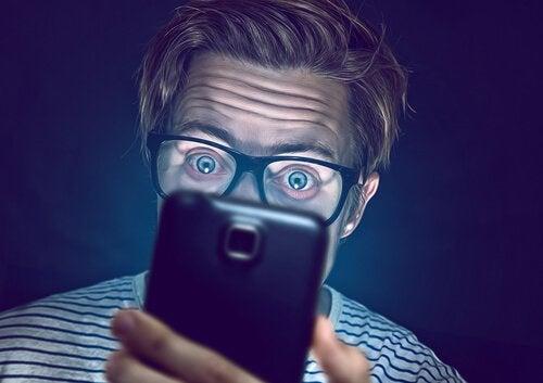 Uomo con lo sguardo allucinato a rappresentare la dipendenza da WhatsApp