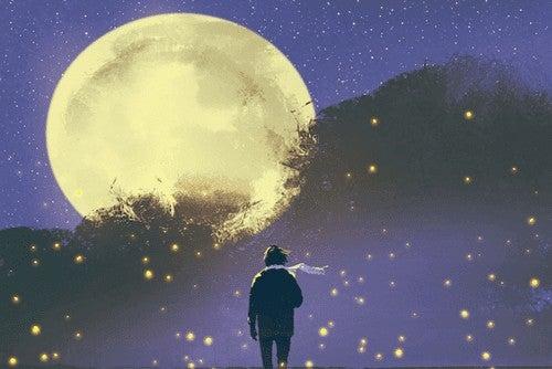 Uomo guarda la luna