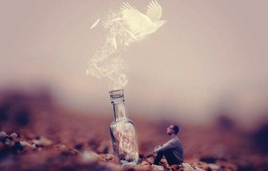 Uomo seduto di fronte a bottiglia gigante da cui esce una colomba