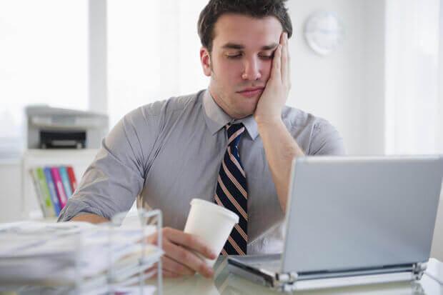 Uomo stufo del lavoro