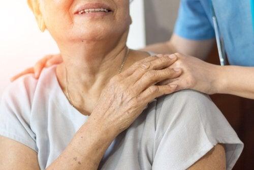 Volontaria con donna anziana