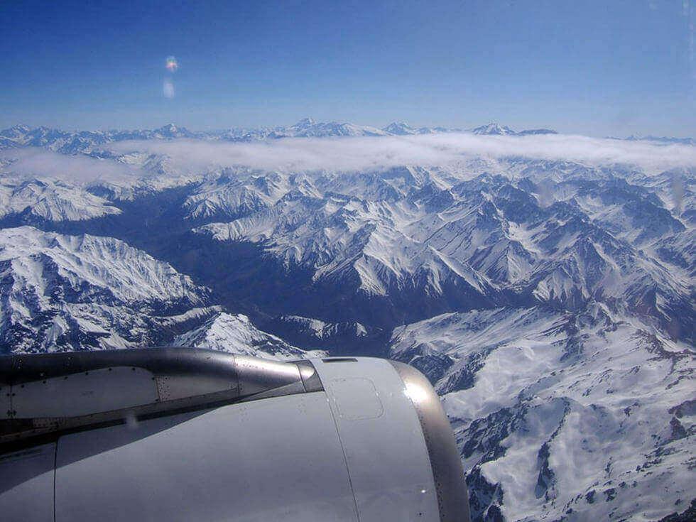 Aereo vola sopra le montagne innevate