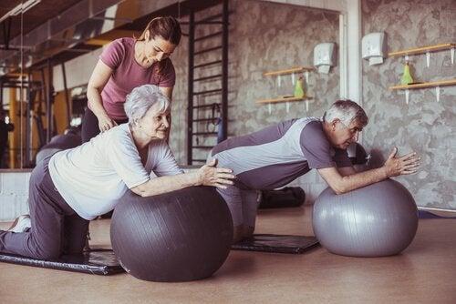 Anziani che fanno pilates