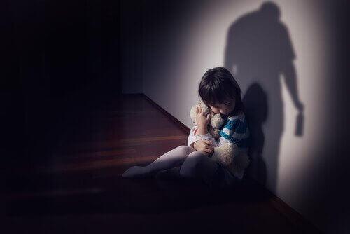 Bambina impaurita abbraccia il peluche
