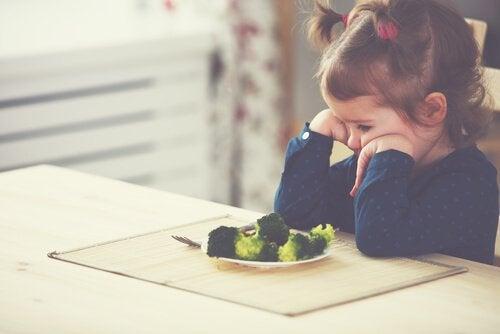 Bambina con neofobia alimentare