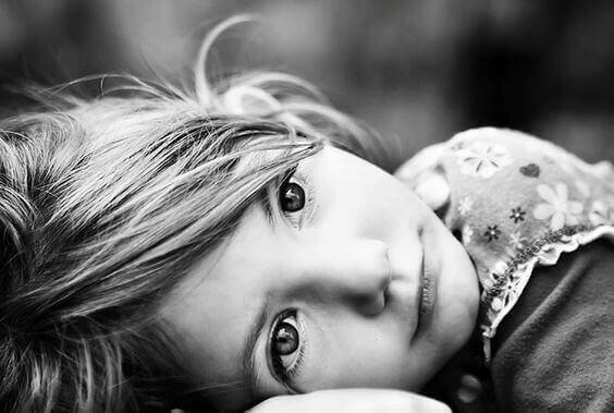 Bambina soffre per abbandono