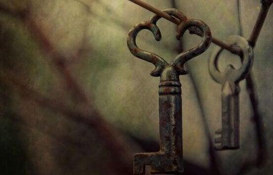 Due chiavi appese a un filo a rappresentare il debito emotivo