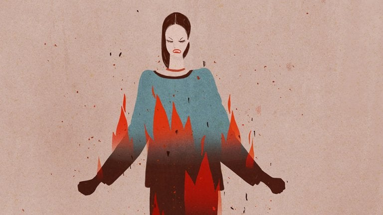 Donna arrabbiata avvolta dalle fiamme