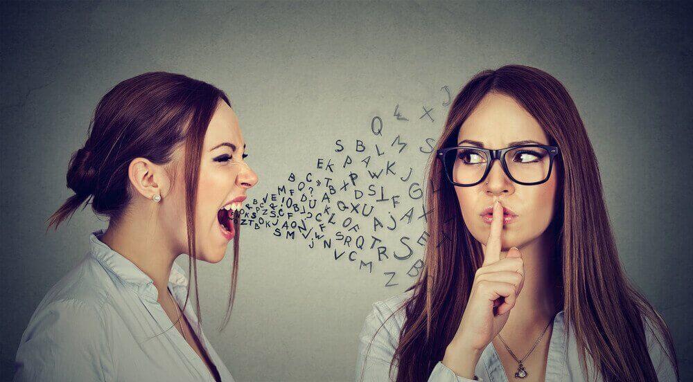Donna con lettere che escono dalla bocca e donna che chiede silenzio