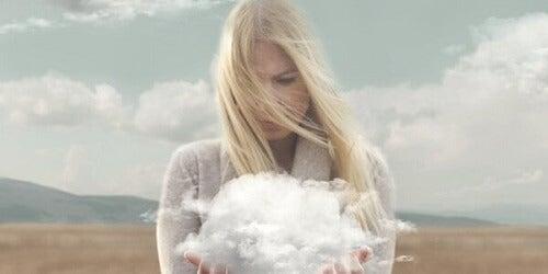 Donna con nuvola in mano