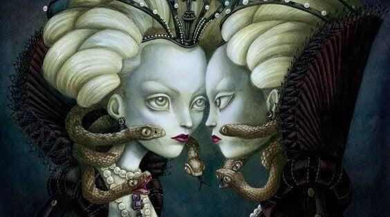 Donna con serpenti che si guarda allo specchio