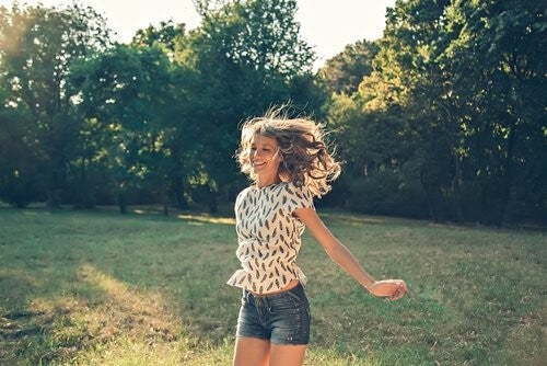 Donna felice che salta
