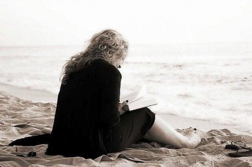 Donna che legge in spiaggia