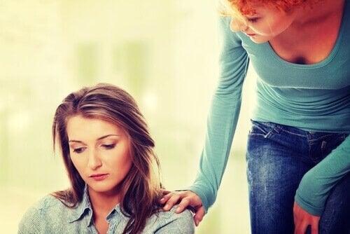 Donna parla ad un'amica preoccupata