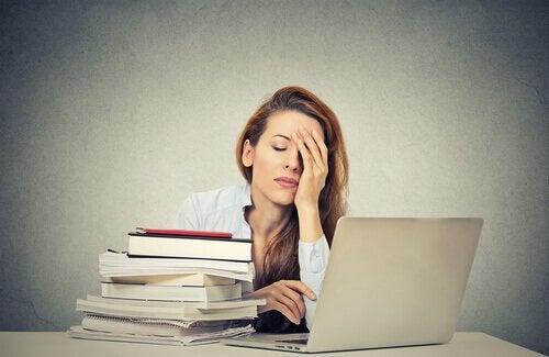 Donna stanca che lavora