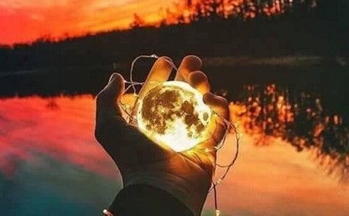 Luna in una mano