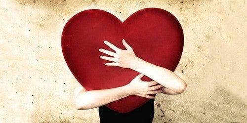 Persona che stringe un cuore