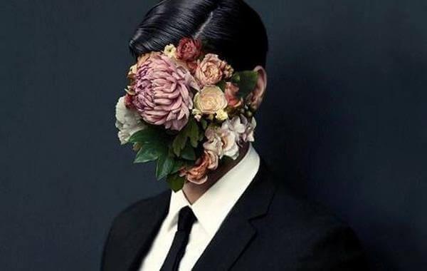 Persona con il volto coperto di fiori