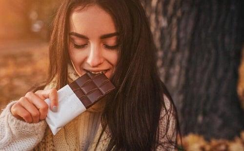 Ragazza mangia cioccolato