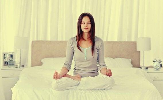 Ragazza si rilassa facendo yoga