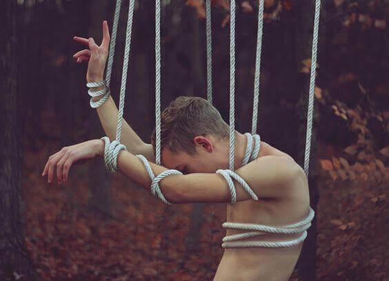 ragazzo appeso a delle corde
