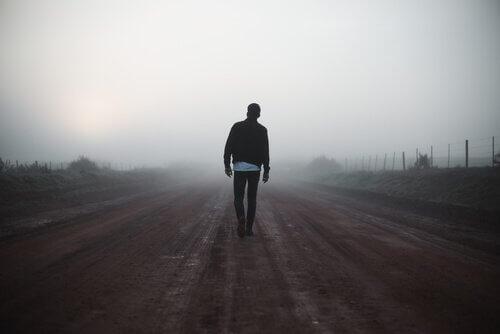 Uomo che cammina da solo