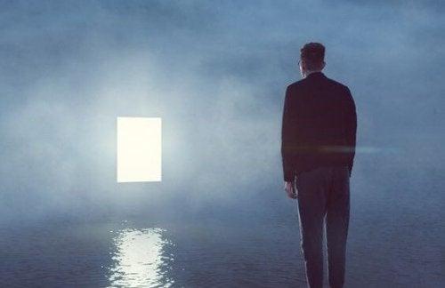 Uomo che osserva una porta