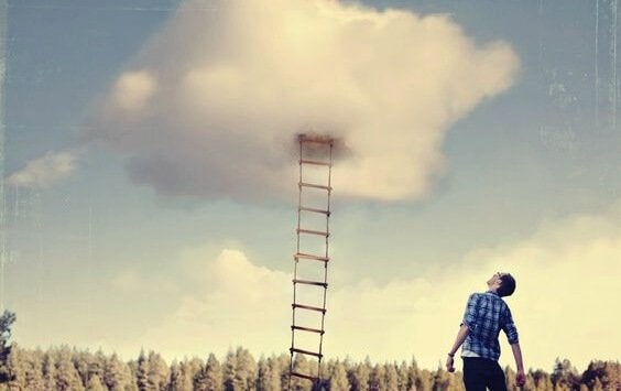 Uomo guarda una scala che scende da una nuvola