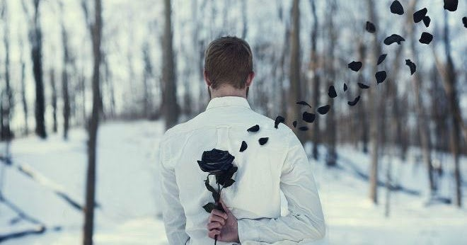 Uomo nasconde una rosa nera dietro la schiena