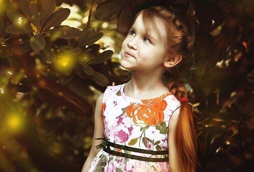 Bambina tra gli alberi