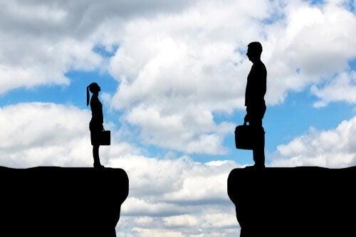 Donna piccola e uomo grande, simbolo della discriminazione della leadership femminile