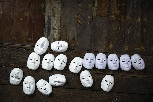 Maschere bianche simbolo dell'interazionismo simbolico