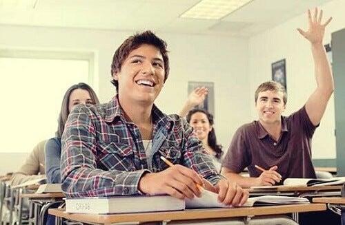 Alunno alza la mano in classe dimostrando motivazione all'apprendimento