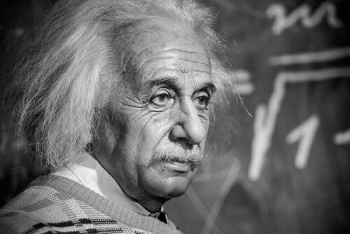 Albert Einstein spiega davanti alla lavagna