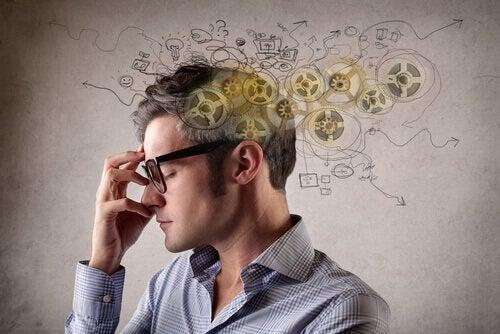 Uomo con pensiero polarizzato con mano su occhiali
