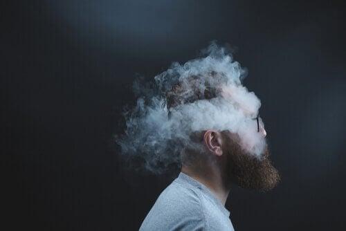 Uomo hypster fuma nicotina