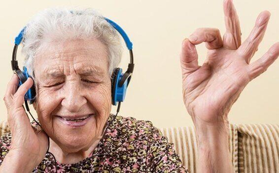 Anciana escuchando música