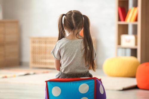 Bambina con autismo