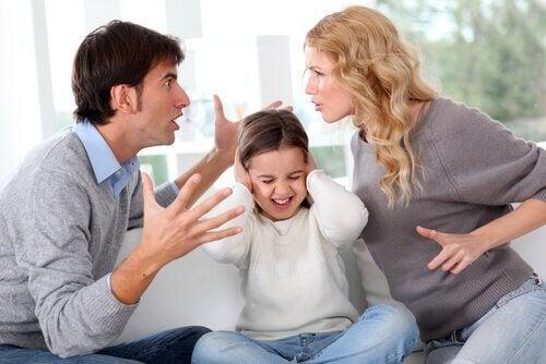 Bambina tra genitori che litigano