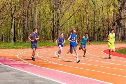 Bambini che fanno atletica