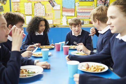 Bambini in mensa scolastica