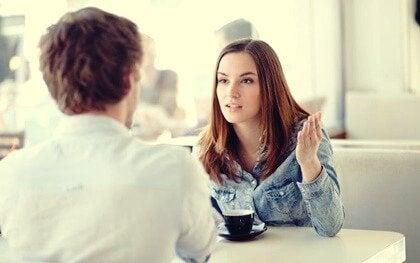 Disconnessione emotiva: ascoltare senza empatia