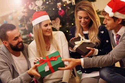 Scambio dei regali di Natale tra le tradizioni natalizie